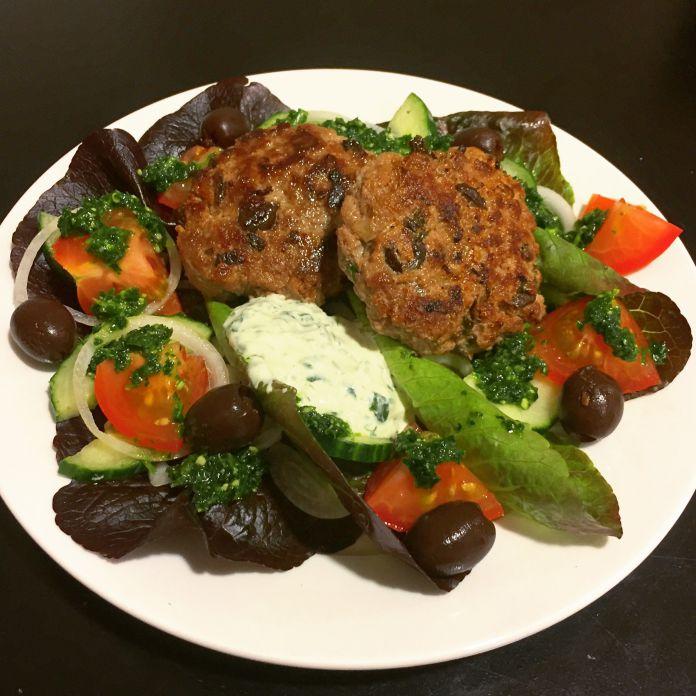 Græske oliven-fetabøffer med dildcreme og pesto på bund af sprød salat