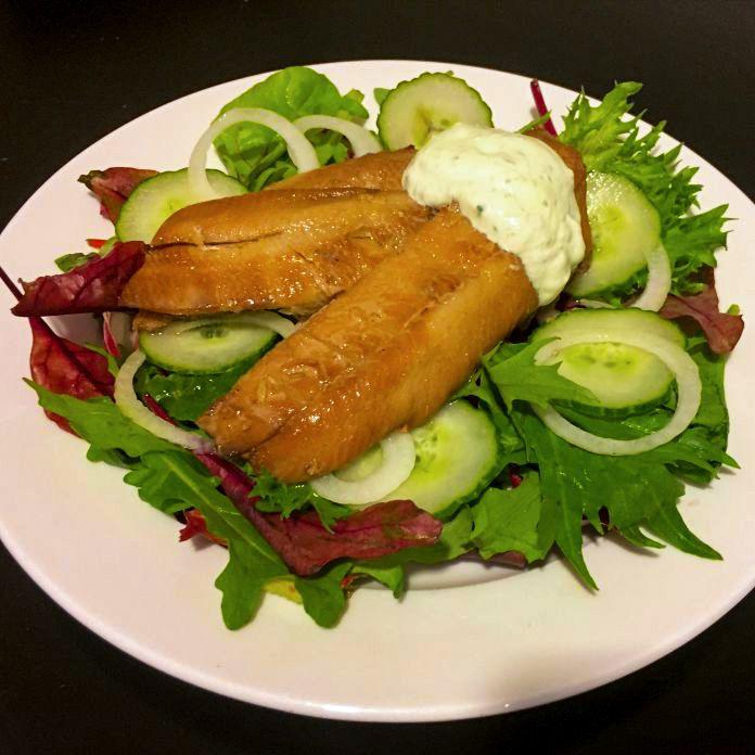 Kippers med hjemmerørt dildcreme på bund af sprød blandet salat