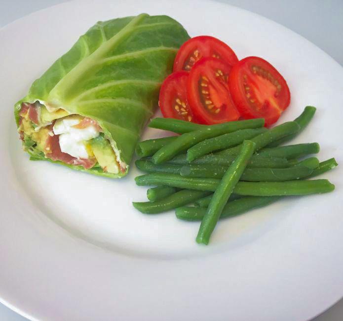 Spidskålswrap med avocado, æg og serranoskine dertil bønner og tomat