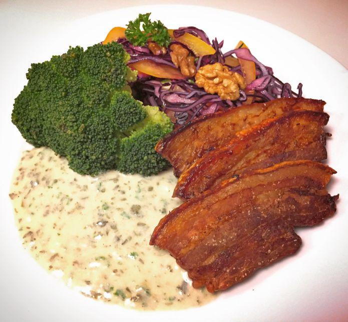 Ovnstegt flæsk med persillesovs, dampet broccoli og sprød rødkålssalat