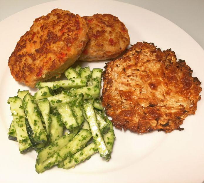 Smagfulde kyllingefrikadeller, squash med grønkålspesto & knoldsellerirösti