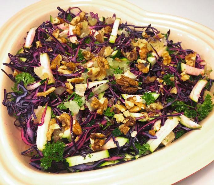 Sprød rødkåls-squashsalat med frisk persille, valnødder og lime