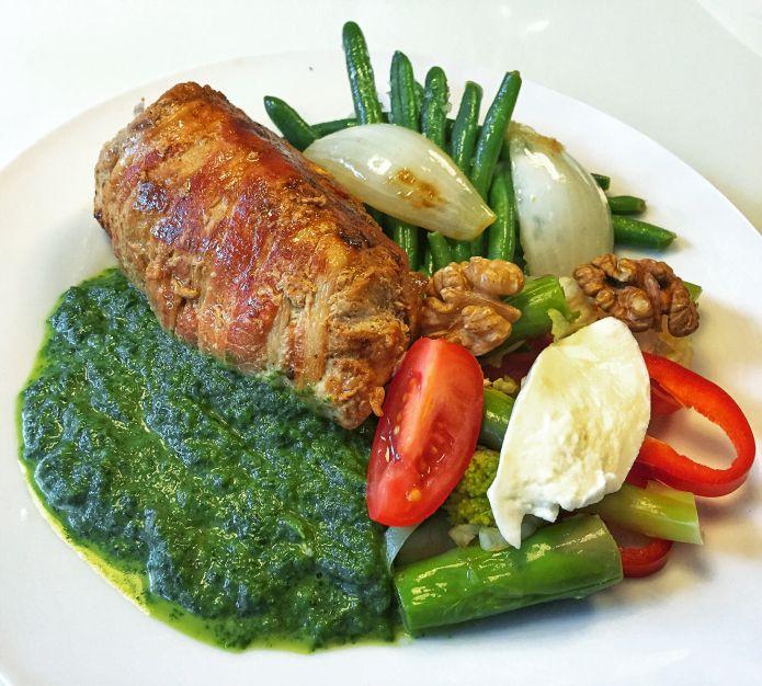Ostefyldt mørbrad i baconsvøb med cremet spinat og sauteret grønt