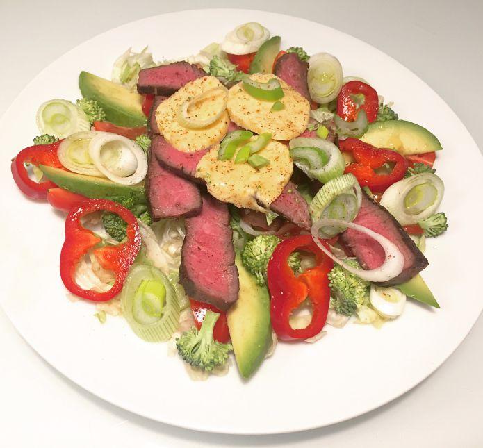 Avocadosalat med skiver af flanksteak, kryddersmør og havsalt