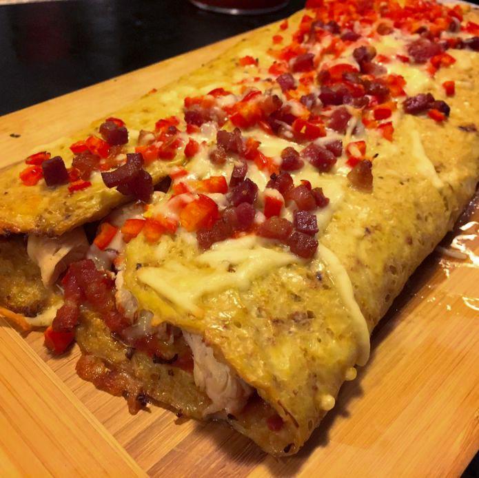 Pizza Calzone af blomkål og mozzarella med kylling, bacon og peberfrugt
