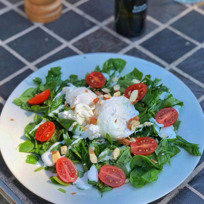 Pocherede æg på bund af spinatsalat med hjemmerørt dressing » Nemt måltid