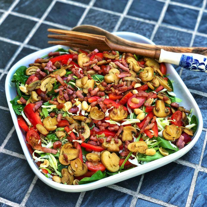 Sommersalat med sprød bacon, friterede champignoner og nøddetopping