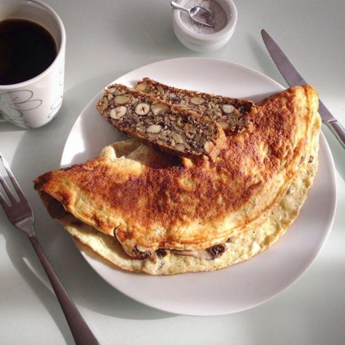 Saftig omelet med champignon, løg og groft stenalderbrød » Skøn Morgenmad