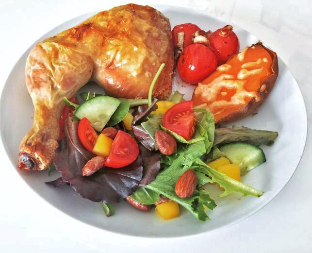 Ovnstegt kylling med ostegratineret sød kartoffel, sauterede tomater og salat