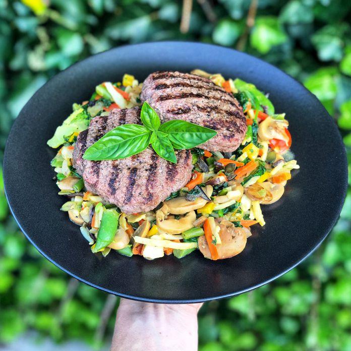 Saftige wok-bøffer med masser af grøntsager | En lækker livret