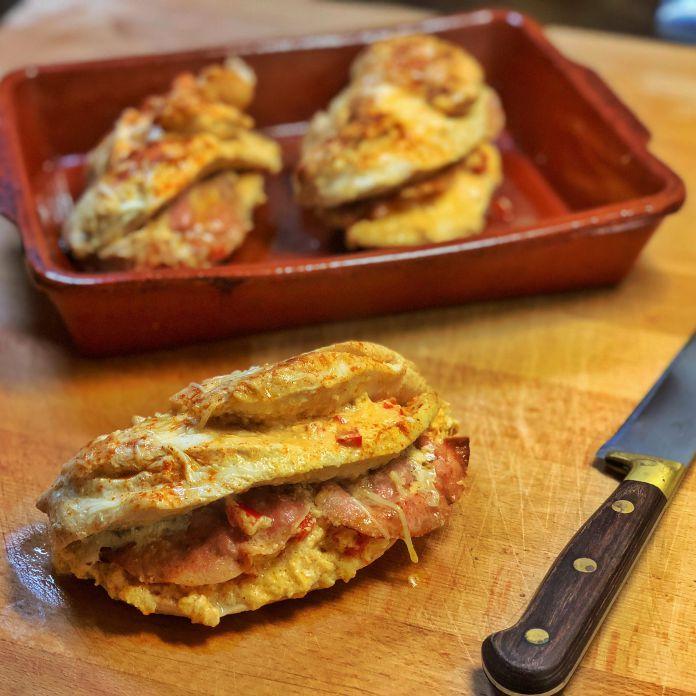 Ovnbagt karrykrydret kyllingbryst med fyld af peberfrugt, flødeost og skinke