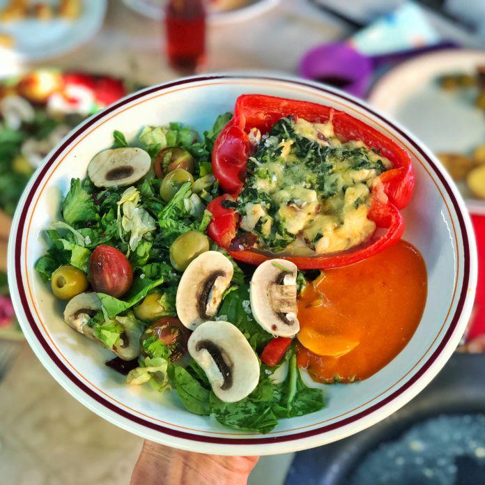 Peberfrugter med fyld af kylling, flødeost og spinat dertil en sommersalat