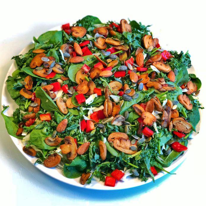 Spinatsalat med grønkål, spidskål, peberfrugt, champignon og mandler