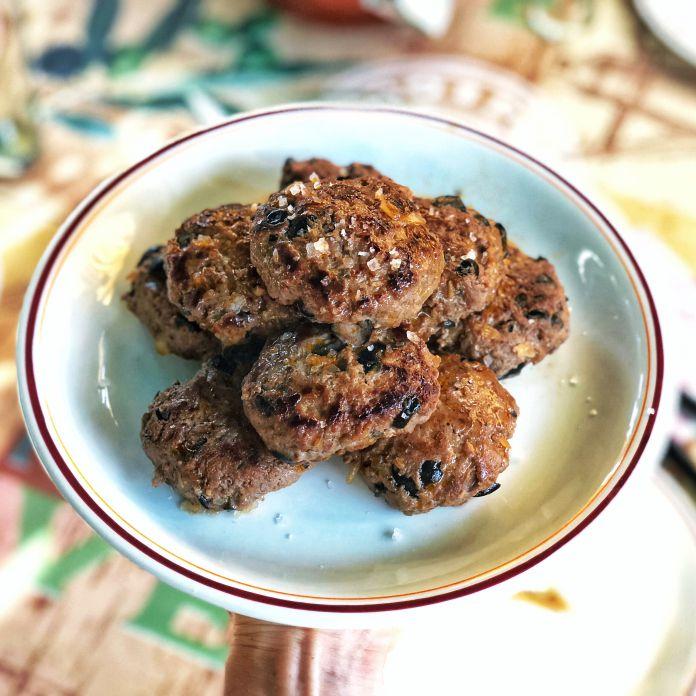 Super saftige hakkebøffer med sorte oliven - Favoritopskrift på olivenbøffer