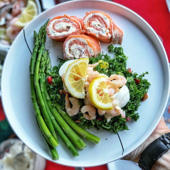 Cremet lakseroulade med asparges og grønkålssalat med æg og rejer »