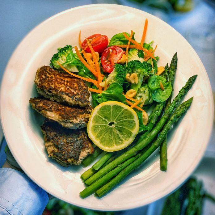 Små tunbøffer med citron, friske asparges og sprød broccolisalat