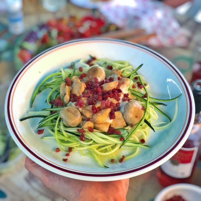Squashpasta med cremet ostesovs, kylling, champignon og sprød bacon