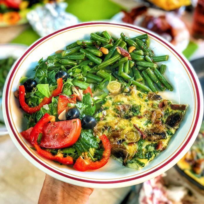 Saftig grøntsagsomelet med bacon, sauterede bønner og blandet salat