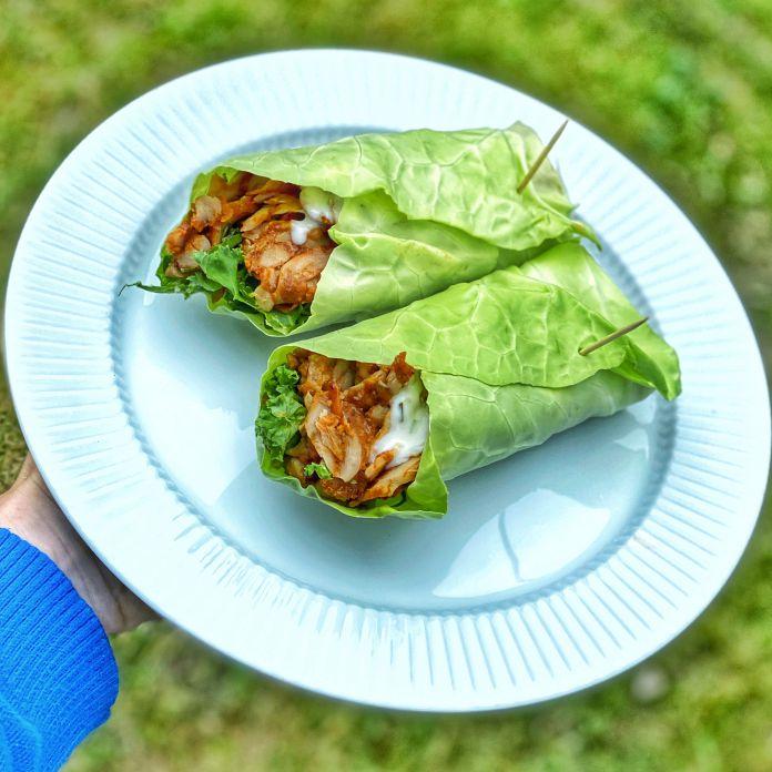 Spidskålswraps med kyllingekebab, grønkål og urtedressing
