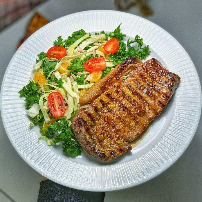 Flammegrillet rib-eye steak med sprød blandet sommersalat » Grillfavorit