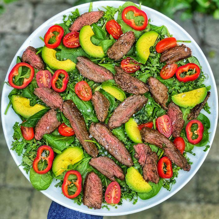 Sprød grønkåls-spinatsalat med tomat, peberfrugt, avokado og flanksteak