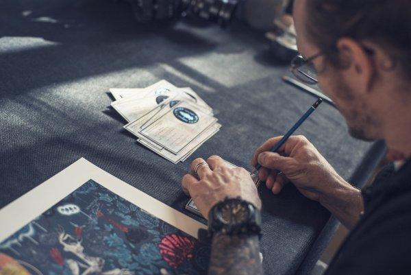 photo de 100taur signant ses certificats d'authenticité