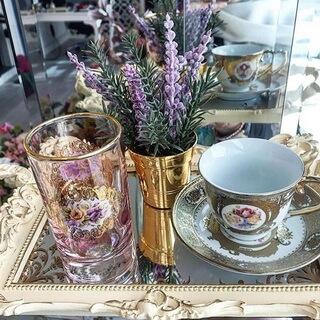 Pahar aurit, ceasca si farfuriuta din portelan cu margini aurite și motive cu trandafiri, vază din aur, de cadou