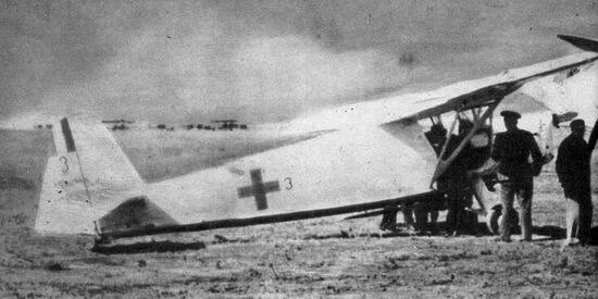 Îmbarcare de răniți într-un avion RWD 13S al Escadrilei Albe în Al Doilea Război Mondial. Sursa foto Wikipedia