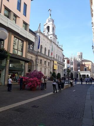 În fundal, Cafeneaua Pedrochhi, vedere din spate, din poarta Universității Padova
