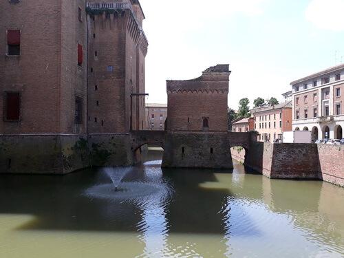 Castello Estense, șanț exterior