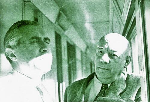 Emil Condurachi (stânga) şi Grigore Moisil în tren, în drum spre Roma Sursa Historia