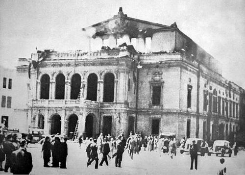 Teatrul Național din București, bombardat în 24 august 1944. Sursa foto: http://www.bucurestiivechisinoi.ro/2011/10/executia-vechiului-teatru-national/