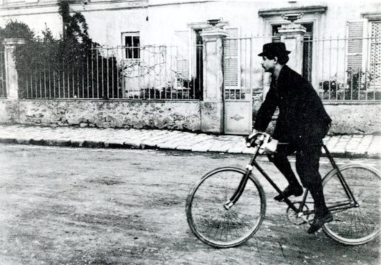 Jarry la Corbeil, în 1898 pe bicicleta sa Clément. Sursa foto: Wikipedia