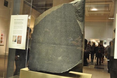 Piatra Rosetta, după care au fost descifrate hieroglifele. Sursa foto: Istorie pe scurt