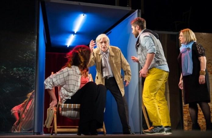 "Imagine din spectacolul ""Schimb urgent... trei surori"". Sursa foto: Teatrul ""Nottara"""