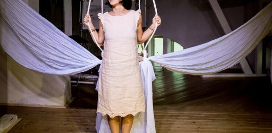 """Naomi Guttman în spectacolul """"A(m) iubi(t) iubirea"""". Fotografie de Lucian Năstase"""
