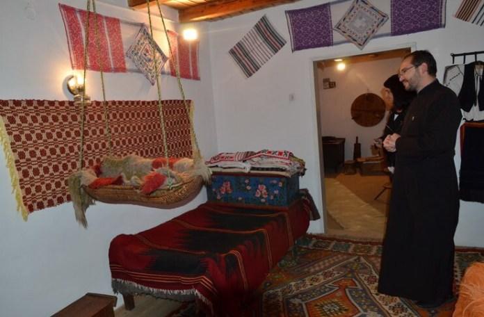 Interiorul Muzeului satului Galeș, jud. Argeș, muzeograf: preot Victor Eftimie