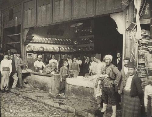 Bucătari otomani de chebap. Fotografie realizată de Polycarpe Joaillier în 1884, Istanbul. Sursa foto: Pinterest