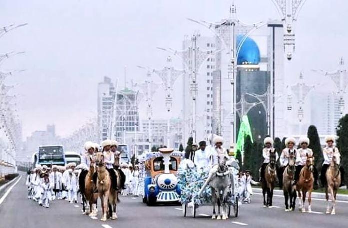 Ceremonia Festivalului Nardugan în Turkmenistan. Sursa foto: yenicaggazetesi.com.tr