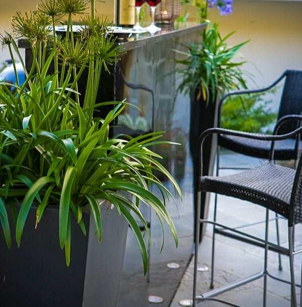 Barhäng vid ett utekök i aluminium, designat av trädgårdsdesigner Ulrika Levin.