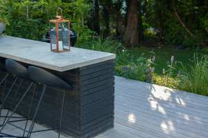 Utekök i betong och trä. Designad av trädgårdsarkitekt Ulrika Levin.