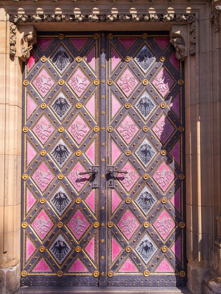 Vacker ytterdörr på kyrka St Peter och St Paul i Prag.