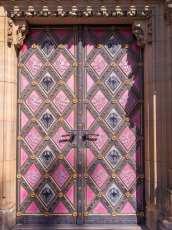 Ytterdörr i rosa.