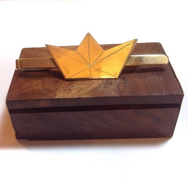 Pisacorbatas de latón con cortado a mano con barco de papel | PVP.25€ | REF.PISC.009