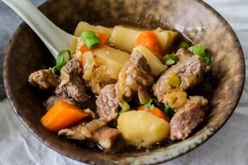 超簡單料理 一鍋到底馬鈴薯燉肉,超下飯又暖呼呼的簡易料理,鹹甜鹹甜好風味