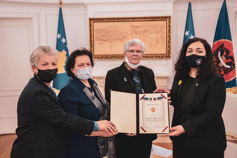 """Lajm I Mirë : Vjosa Osmani Dekoron Tetë Gra Me Urdhrin """"Shotë Galica"""". Kush Janë Këto Heroina?"""