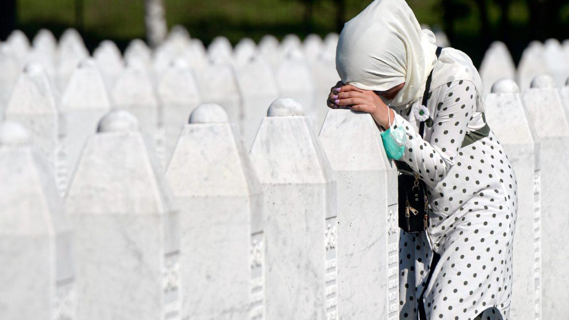 Kosova Miraton Rezolutën Për Gjenocidin Serb Në Srebrenicës. Albin Kurti : Gurët E Varreve Ankohen Për Mungesën E Ndëshkimit Të Fajtorëve.