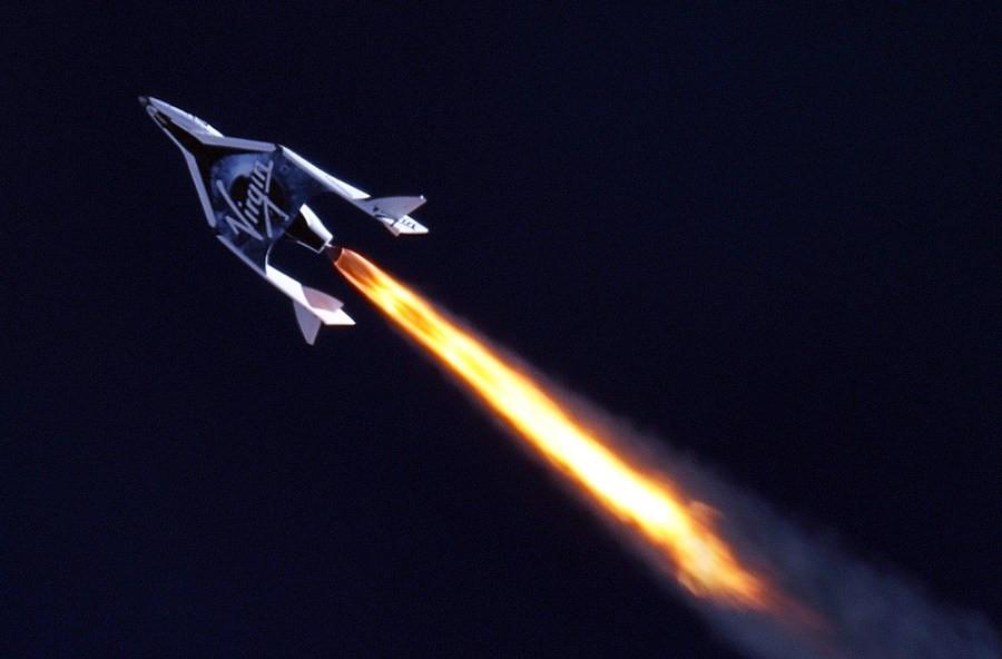 Richard Branson I Virgin Galactic Fluturon Në Hapësirë Në Bordin E Avionit Me Raketa