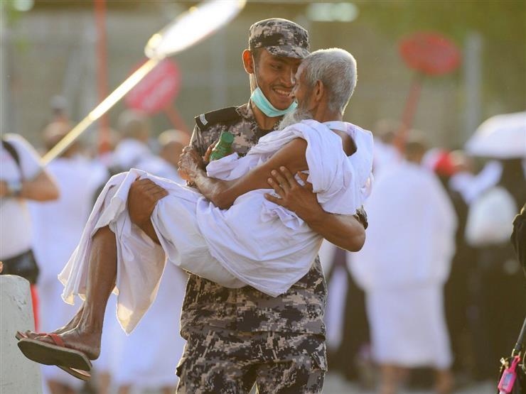 أجمل صور موسم الحج.. شرطي سعودي يحمل مسنًا أرهقه المشي يوم عرفة