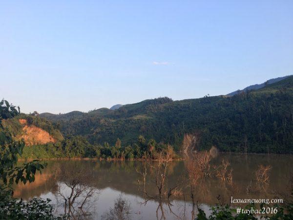 Thượng nguồn sông Đà, êm đềm và mang sắc đỏ của phù sa.